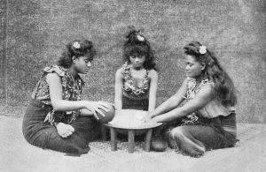 Самоанские девушки за приготовлением кавы